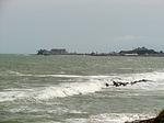 ホテルの庭から湾の向こうにケープコースト城と、同じく奴隷城塞アルミナ城をのぞむ.jpg